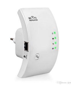 amplificador y repetidor de wifi color blanco
