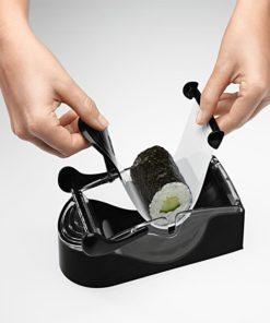 Uso de la Máquina Para Enrollar Sushi Color Negro con Ingredientes